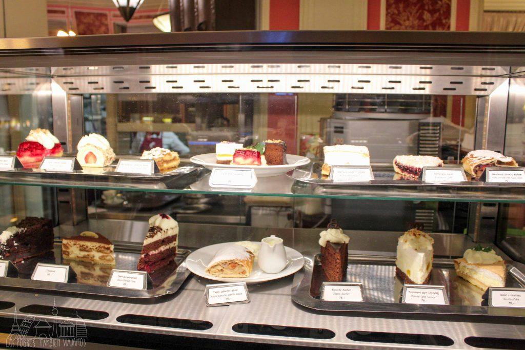 Aparador del café louvre con un gran surtido de tartas y dulces.