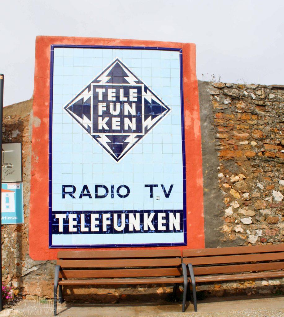 Anuncio hecho en losa, colores azules, de Telefunken.